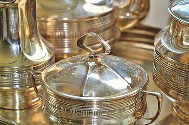 Vendere l'argento di casa può essere un'ottima soluzione per chi vuole racimolare una bella somma senza dover per forza vendere i gioielli di famiglia.